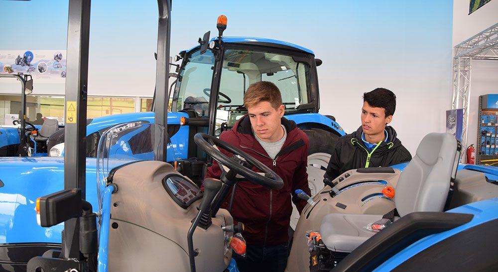 jovenes agricultores tractor
